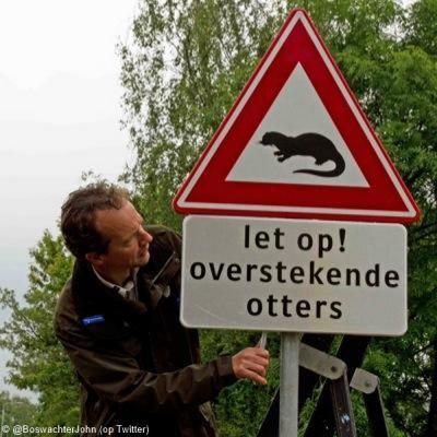Als je dit bord ergens ziet, is dat een goed teken, nl. dat de otter in dat gebied is teruggekeerd. In dit geval in de Nieuwkoopse Plassen, sinds 2014 (voor het eerst sinds 1978). Boswachter John monteert hier het bord om je erop te attenderen.
