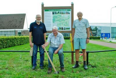 Deze 3 'mannen met twee rechterhanden' hebben in augustus 2019 dit fraaie informatiepaneel geplaatst in Nieuwlande, met informatie over de geschiedenis van het dorp en over de 3 wandelroutes (van verschillende lengtes) die je rond het dorp kunt lopen.