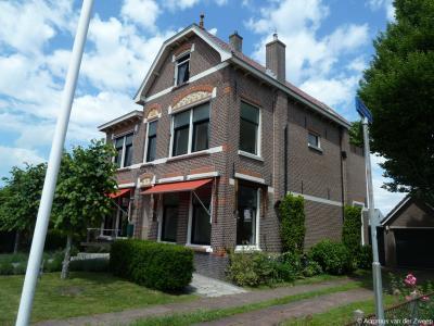 In 1911 laat de familie Van Dijkhuizen tegenover de kerk ook een fraaie pastorie bouwen. In dat jaar wordt het dorp ook een zelfstandige kerkelijke gemeente.