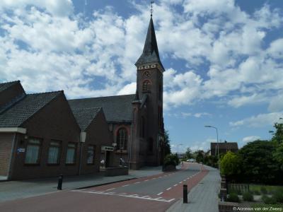 De arme inwoners van 't Veen wilden graag een eigen kerk, maar ze hadden er geen geld voor. De fam. Van Dijkhuizen zorgt in 1908 voor de bouw van de Hervormde Grote Kerk in Nijkerkerveen. Als dank is er een straat in het dorp naar ze genoemd.