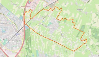 Het dorp Nijkerkerveen heeft zich ontwikkeld O van de oude weg tussen Amersfoort en Nijkerk (Amersfoortseweg). W ervan ligt de onder het dorp vallende buurtschap Holkerveen. (© www.openstreetmap.org)