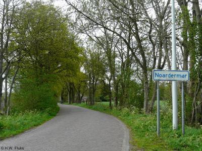 De Friese gemeenten zijn niet altijd consequent m.b.t. het Nederlands of Fries. Zo heet deze buurtschap - in de qua plaatsnamen Friestalige gemeente Tytsjerksteradiel - Noardermar, maar is deze gelegen aan de weg Noordermeer...