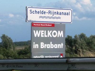 Als je vanuit een andere provincie Noord-Brabant binnenkomt, zoals hier vanuit Zeeland over het Schelde-Rijnkanaal, word je met fraaie borden welkom geheten. Het ontwerp van de borden is in 2010 overigens vernieuwd, waarvoor zie het hoofdstuk Status.