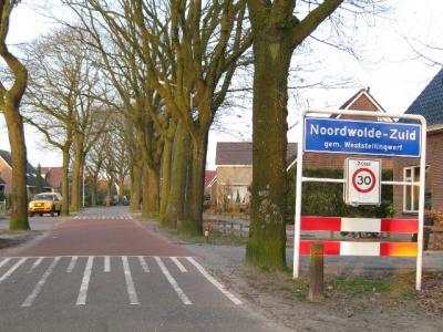 Het dorp Noordwolde-Zuid heeft in 1978 geen eigen postcode gekregen en ligt daarom voor de postadressen zogenaamd 'in' buurdorp Noordwolde, maar het is wel degelijk een eigen dorp met alles erop en eraan. Daarover kun je alles lezen op deze pagina.