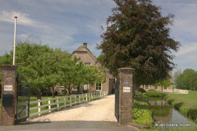 De oprijlaan met de prachtige boerderij Sterrenschans in buurtschap Noordzijde