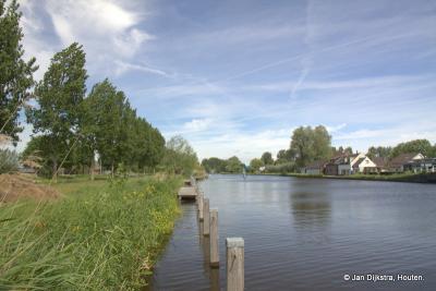 De Oude Rijn gezien vanaf buurtschap Noordzijde met aan de overzijde de weg... Zuidzijde, tegenwoordig deels buurtschap Zuidzijde, deels buurtschap Molenbrug.