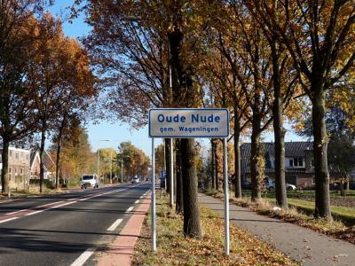 Tot medio 2018 was buurtschap Nude ter plekke alleen herkenbaar aan de gelijknamige straatnaambordjes op Rhenens grondgebied. Sindsdien staan er plaatsnaamborden in het Wageningse deel, met de volksmondnaam - voor dat gedeelte - Oude Nude. (© H.W. Fluks)