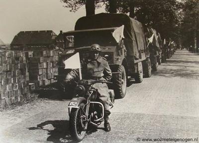 De buurtschap Nude heeft een strategische rol gespeeld aan het einde van de Tweede Wereldoorlog. Zie bij Geschiedenis. Hier een voedselopslag en voedseltransport vlak voor het vertrek naar nog niet bevrijd gebied in het Westen. (© www.wo2meteigenogen.nl)