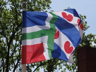 """""""Had deze hybride vlag (half Gronings, half Fries, red.) niet eerder gezien, maar hij past uitstekend bij dit deel van het Westerkwartier, waar de Groningers die ik spreek allemaal een zwaar Friese tongval hebben."""" (zie verder het hoofdstuk Beeld)"""