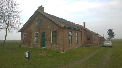 Het pand in Numero Dertien op nr. 9 was tot eind jaren vijftig een schooltje. De 'Oale Schoule' verkeerde in vervallen staat, en is recentelijk verkocht en afgebroken. Op deze locatie is een grote loods gebouwd.