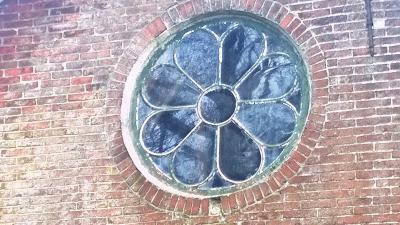 Sinds de afbraak van het pand op Numero Dertien nr. 9 kun je uiteraard ook dit mooie raam boven de deur van dat pand niet meer bewonderen.