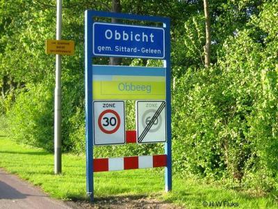 Volgens de plaatsnaamborden luidt de Limburgse spelling van het dorp Obbicht Obbeeg, volgend Veldeke is het Opbeech en volgens sommige inwoners moet het Obbig zijn.