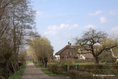 De buurtschap Ockhuizen omvat louter mooie, monumentale boerderijen - zoals op de foto de 18e-eeuwse, rijksmonumentale boerderij 't Klaverblad op Ockhuizerweg 20 - en het recent buiten werking gestelde Gemaal Haarrijn uit 1949.