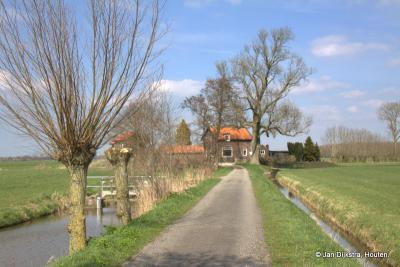 Het oude Gemaal Haarrijn ligt, nog net te zien, verscholen achter dit huis aan het eind van de Thermaatsekade, die vanuit buurtschap Ockhuizen naar het N loopt en doodloopt op de Haarrijn