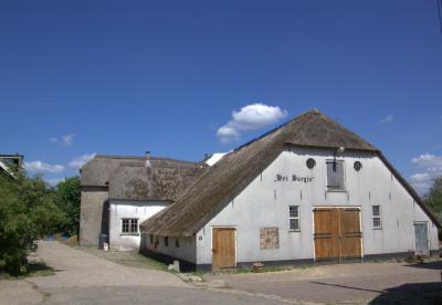 Waar zou die nieuwe buurtschap Het Burgje in Odijk nou naar genoemd zijn? Nou, naar deze 16e-eeuwse boerderij dus. Die wordt herbestemd tot multifunctioneel ontmoetingscentrum voor de nieuwe wijk, maar ook voor de andere Odijkers, van 'de overkant'.