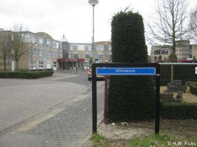 Rondom het dorp Offenbeek staan misleidende plaatsnaamborden, namelijk van buurdorp Reuver. Alleen vanuit Reuver Offenbeek binnenkomend, staat een miniscuul plaatsnaambord dat aangeeft dat je Offenbeek binnenkomt.