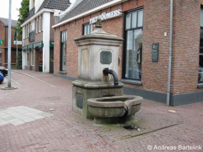 Oldenzaal, stadspomp aan het St. Plechelmusplein