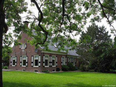 In Oldenzijl staan nog diverse monumentale boerderijen, zoals De Korenaar uit 1818 op een huiswierde op Oldenzijlsterweg 31 (zie voor de huiswierden alhier het kopje Geschiedenis)