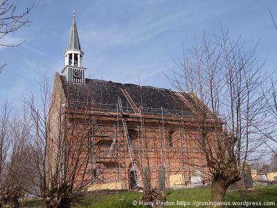 De kerk van Oldenzijl ondergaat anno voorjaar 2016 weer een grootschalige opknapbeurt. (© Harry Perton / https://groninganus.wordpress.com)