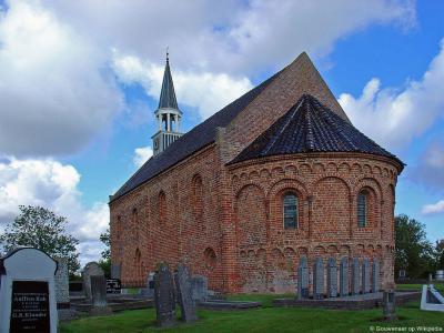 Oldenzijl, een van de kleinste dorpjes in de provincie Groningen, met volgens sommigen wél het meest karakteristieke kerkje van de provincie. Het is in ieder geval een in vele opzichten bijzonder kerkje. Voor nadere details zie kopje Bezienswaardigheden