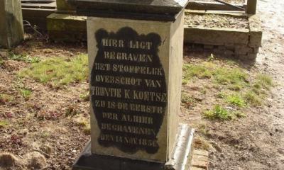 De Hervormde Gemeente Ommelanderwijk-Zuidwending heeft een prachtige site gemaakt met een overzicht van alle begravenen op het kerkhof, met foto's van de grafzerken. Dit is de eerste hier begravene, in 1850. (© www.kerkhof-ommelanderwijk-zuidwending.nl)