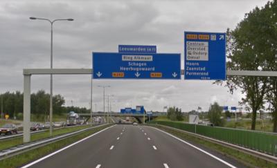 De buurtschap Omval heeft geen plaatsnaamborden, maar wordt in de directe omgeving wel met richtingborden aangegeven, zoals hier op de N242