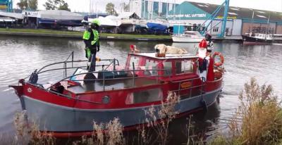 Gezien de ligging aan het Kanaal Omval-Kolhorn, is het logisch dat Sinterklaas ook in buurtschap de Omval per boot aankomt.