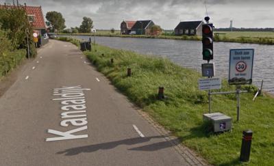 Aan de Kanaaldijk langs de dorpskern van Oost-Graftdijk stonden in 2016 tijdelijke verkeerslichten, waarmee het vekeer op bepaalde tijden is 'gedoseerd'. Vermoedelijk had dit te maken met het bouwverkeer voor de aanleg van de nieuwe ontsluitingsweg.