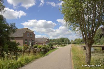 Oosteinde, een beetje verscholen buurtschap links en rechts van de weg Tuurluur