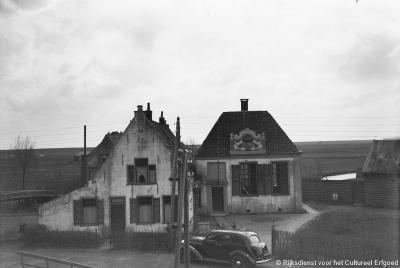Oosterdijk, rechts nr. 26, de voormalige vergaderzaal 'De Tent' van Heemraadschap Drechterland uit 1730 (foto uit 1939). Het wapenschild bevindt zich nu elders. Je kunt het in kleur zien onder de link onder het kopje Bezienswaardigheden.
