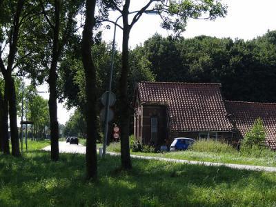 Het 1e pand van de buurtschap Oostereinde vanuit Beerta, met huisnr. 1, ligt op de grens van de voormalige gemeenten Beerta en Winschoten en is een voormalig tolhuis. (© Harry Perton / https://groninganus.wordpress.com)