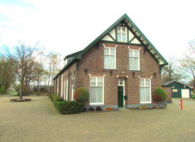 Wat een beauty hè, het Dorpshuis, het altijd bruisende dorpshart van Oosterhuizen. Het is het enige gemeentelijke monument in het dorp. Het is de voormalige lagere school uit 1901. De huidige basisschool staat er vlak naast.
