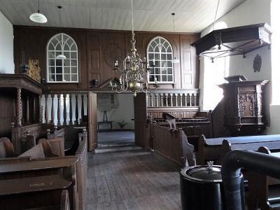 Het interieur van de kerk van Oosterwijtwerd was anno 2014 hard aan een grondige restauratie toe. Dat is dan ook gebeurd, maar wel zo dat je zo min mogelijk van de restauratie ziet. (© Harry Perton/https://groninganus.wordpress.com)