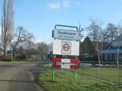 Buurtschap Oosterzand ligt N van Oldekerk, rond de Zandumerweg, heeft witte plaatsnaamborden en ligt buiten de bebouwde kom (© H.W. Fluks)