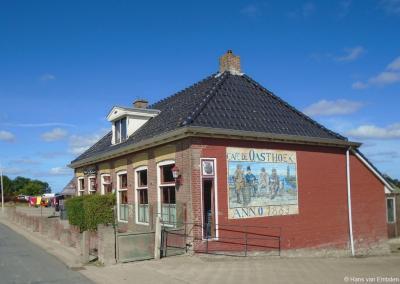 Café De Oosthoek in de gelijknamige buurtschap dateert uit 1889 en is nog zo'n echt ouderwets dorpscafé waar we zuinig op moeten zijn. De afgelopen jaren zijn er al honderden verdwenen in het kader van de 'vooruitgang'...