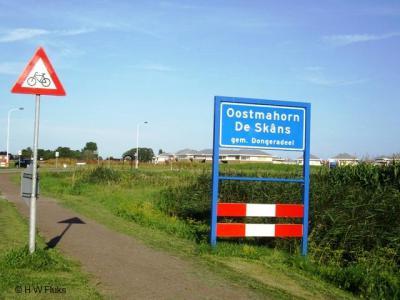 Oostmahorn is - hoe klein ook - een heus dorp met een eigen bebouwde kom. Helaas heeft het dorp vooralsnog geen eigen postcode en plaatsnaam in het postcodeboek, waardoor het dorp voor de postadressen 'in' Anjum ligt.