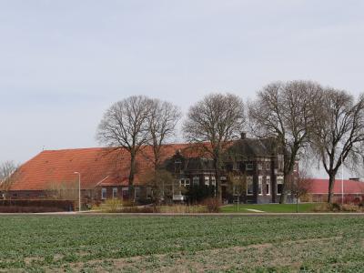 De vanuit de dorpskern van Oostwold eerste boerderij aan de Polderweg is de Princehoeve, in functie als varkensmesterij (© Harry Perton / https://groninganus.wordpress.com/2018/04/07/scheemda-termunten-delfzijl-door-de-polders)