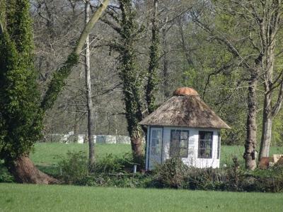Oostwold, prieeltje, te zien vanaf de Kerkeweg. (© Harry Perton / https://groninganus.wordpress.com/2020/04/20/rondje-oostwold-2)