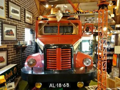 In museum Vrachtauto's van Toen & Nu in Orvelte staat tussen alle op schaal nagebouwde vrachtwagenmodellen en miniaturen ook hier en daar een exemplaar in schaal 1:1