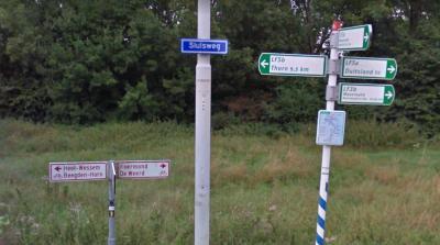 Fietsers - en natuurlijk ook wandelaars - worden in buurtschap Osen op hun wenken bediend; ze kunnen er met diverse fietsroutes alle kanten op. (© Google StreetView)