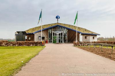 Buitencentrum De Pelen in Ospeldijk is gevestigd in een nieuw, geheel ecologisch gebouw, met Nederlands hout, afvalwater dat wordt hergebruikt, stroom met zonnecollectoren en een windmolen, verwarming met zonnewarmte en warmte uit grondwater.