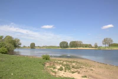 Rivier de Lek bij laagwater, gezien vanaf de Ossenwaard, een eiland en buurtschap bij Vianen
