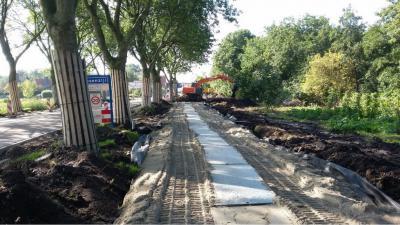De Ossenzijlerweg N van Ossenzijl is in 2015 heringericht om de weg o.a. verkeersveiliger te maken. De fa. Roelofs heeft in dat kader een fietspad ontworpen, dat qua fundering optimaal inspeelt op de weke veen-ondergrond. (© www.roelofsgroep.nl)