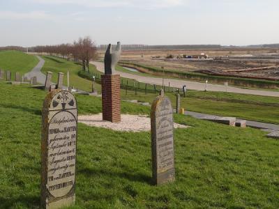 Het dorp Oterdum is helaas afgebroken voor de industrie van Delfzijl. Er bevinden zich nog wel drie bijzondere objecten: de (verlegde) begraafplaats, een monument ter herinnering aan het verdwenen dorp en een kleirijperij. (© Harry Perton)