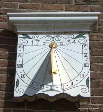 Ze zijn altijd goed bij de tijd in Ottoland, als de zon schijnt tenminste. Het jaartal op deze zonnewijzer verwijst naar het bouwjaar van de kerk (hoewel de site van de kerk spreekt van 1732 als bouwjaar).