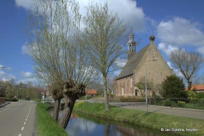 De Hervormde kerk van Ottoland, prachtig gelegen in het dorp en het landschap van de Alblasserwaard