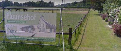 Aan de Fluunseweg in buurtschap Oud-Dijk, direct Z van huisnr. 12, is of wordt kennelijk een nieuw pand Fluunsehof gebouwd, getuige deze poster ter plekke anno 2016. (© Google StreetView)