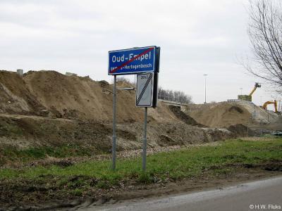 Oud-Empel is een buurtschap in de provincie Noord-Brabant, in de regio Noordoost-Brabant, gemeente 's-Hertogenbosch. T/m 31-3-1971 gemeente Empel en Meerwijk. Op deze foto anno 2009 wordt nog volop gewerkt aan de geluidswal langs de A2.