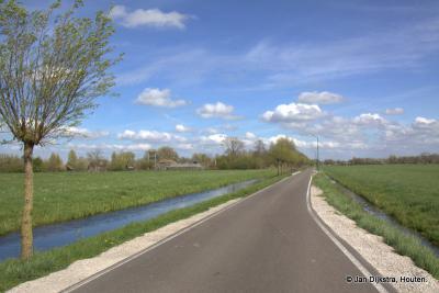 Buurtschap Oud-Kamerik loopt van dit Oortjespad helemaal tot aan de Lange Meentweg in buurtschap Geer (Z van en vallend onder Wilnis), en dit allemaal dan weer O van de Van Teylingenweg.