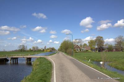 Buurtschap Oud-Kamerik langs de Van Teylingenweg, met hier en daar een boerderij en een enkel woonhuis.